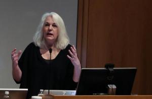 Pulitzer Prize winner Jacqui Banaszynski delivering the keynote speech